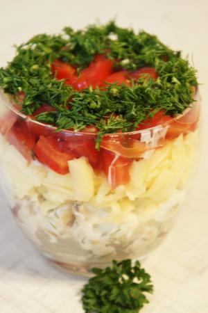 Салат с крекером и курицей и помидорами